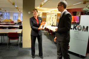 Daan Raemaekers overhandigt het eerste boek