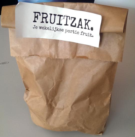 In elke zak zitten twee appels, peren, bananen, mandarijnen, kiwi's en één stuk 'special fruit'.
