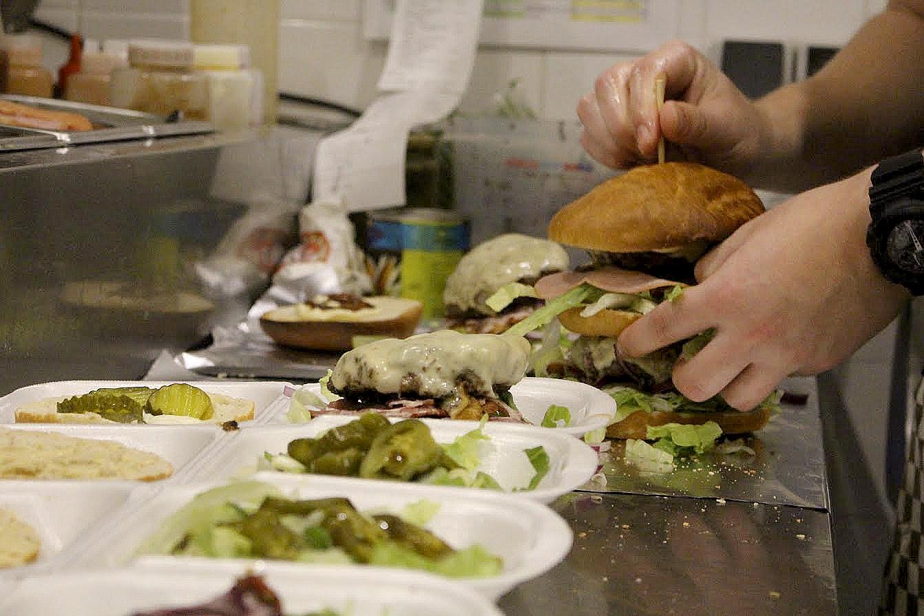 20151117 - burgerbakkerij - burgers prikken