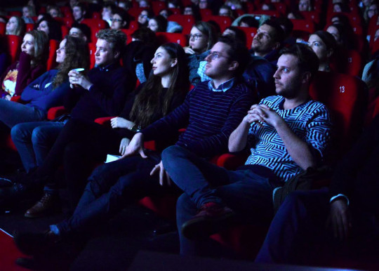 Studenten van het masterprogramma van filmwetenschappen kijken op een woensdagochtend naar een vertoning van 'Le Doulos' in Forum Images.